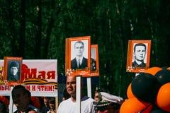 VICHUGA, RUSSLAND - 9. MAI 2016: Unsterbliches Regiment - Leute mit Porträts ihrer Verwandten, Teilnehmer an der zweite Stockfoto