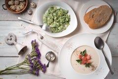 Vichyssoise soppa- och örtomelett på den vita träbästa sikten för tabell Royaltyfri Bild