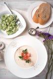 Vichyssoise soppa- och örtomelett på den vita trätabelllodlinjen Arkivbild