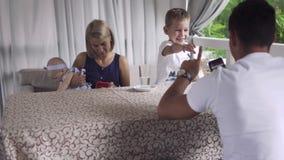 Viciado do telefone parents usando telefones quando sua tentativa da criança para pagar a atenção video estoque