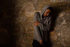 Viciado em drogas que levanta perto da parede de tijolo Imagens de Stock Royalty Free