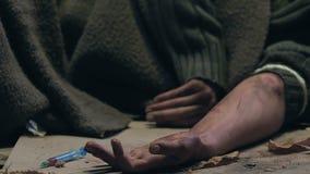 Viciado em drogas que tem a apreensão que encontra-se na rua, morte da overdose da heroína, close up filme