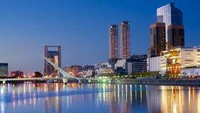 Buenos Aires, Puerto Madero alla notte immagine stock libera da diritti