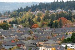 Vicinanza residenziale suburbana densamente popolata immagine stock
