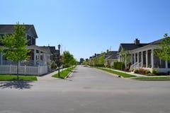 Vicinanza suburbana nuovissima della casa di sogno americano di Capecod Fotografie Stock