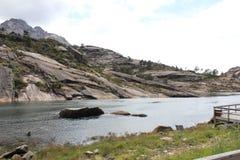Vicino al fiume di Ezaro waterfal Sea Rocce paesaggio Fotografie Stock