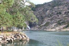 Vicino al fiume di Ezaro waterfal Sea Rocce paesaggio Immagini Stock Libere da Diritti
