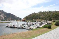 Vicino al fiume di Ezaro waterfal Sea Rocce paesaggio barca Fotografia Stock