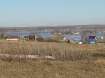 Vicino al villaggio il fiume rovesciato come conseguenza dell'inondazione della molla Fotografie Stock