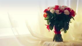 Vicino alla finestra è un bello mazzo delle rose archivi video
