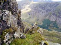 Vicino alla sommità della colonna che guarda dall'alto in basso Ennerdale, distretto del lago fotografia stock libera da diritti