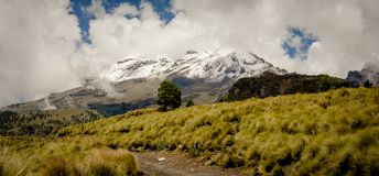 Vicino alla vista del vulcano di Iztaccihuatl fotografia stock
