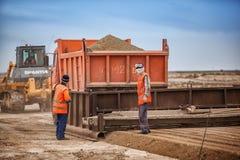 Vicino a Bajkonur, il Kazakistan - 10 giugno 2011, lavoratori della strada sulla costruzione della strada Fotografie Stock