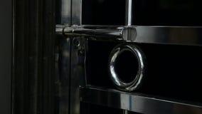 Vicino e chiudendo porta a chiave stock footage