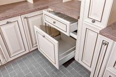 Vicino su a casa interno Cucina - porta aperta con lo scaffale della mobilia del cromo Legno e Chrome materiali, progettazione mo immagine stock
