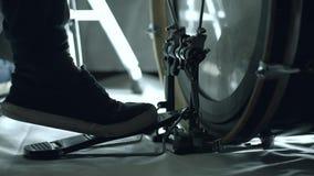 Vicino su del pedale basso del tamburo commovente del piede del batterista stock footage