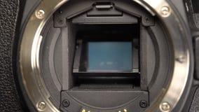 Vicino su dello specchio del dslr a tempo di otturazione basso video d archivio
