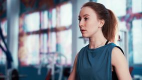 Vicino - su di giovane esercizio atletico della ragazza con le teste di legno video d archivio