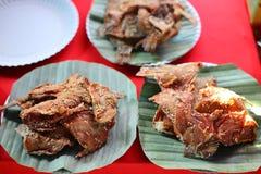 Vicino su, pesce fritto, erbe nel piatto al negozio, mercato dell'alimento della via immagine stock libera da diritti