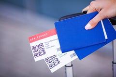 Vicino sul biglietto di aria due all'estero in passaporto vicino all'aeroporto immagine stock