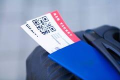 Vicino sul biglietto di aria due all'estero in passaporto vicino all'aeroporto immagini stock