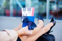 Vicino sul biglietto di aria due all'estero in passaporto vicino all'aeroporto immagine stock libera da diritti