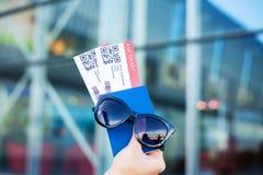 Vicino sul biglietto di aria due all'estero in passaporto vicino all'aeroporto fotografie stock