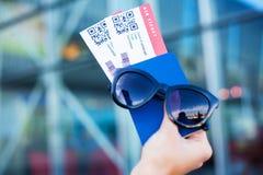 Vicino sul biglietto di aria due all'estero in passaporto vicino all'aeroporto fotografia stock libera da diritti