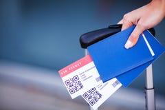 Vicino sul biglietto di aria due all'estero in passaporto vicino all'aeroporto fotografia stock