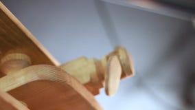Vicino - sull'aereo di legno in caffè stock footage