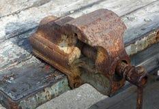 Vicio de banco oxidado y viejo de trabajo Foto de archivo