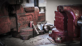 Vicios del vintage en el banco de trabajo Imagenes de archivo