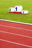 Vicoli della pista con il podio del vincitore Fotografia Stock Libera da Diritti