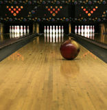 Vicoli di bowling - sfera di bowling di rotolamento Immagine Stock