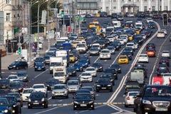 8 vicoli di traffico sul raccordo anulare del giardino a Mosca Immagini Stock