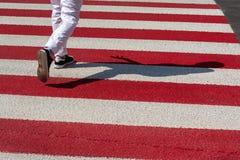 Vicoli e pedone rossi e bianchi fotografia stock libera da diritti