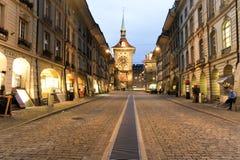 Vicolo al clocktower sulla vecchia parte di Berna Immagine Stock