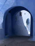 Vicolo blu con il passaggio immagini stock