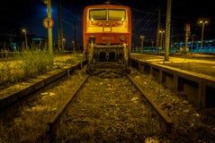 VICOLO CIECO con un vagone alla notte, colpo del treno in basso in grandangolare ad una stazione ferroviaria Immagini Stock