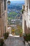 Vicolo. Cisternino. La Puglia. L'Italia. Fotografie Stock Libere da Diritti
