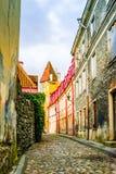 Vicolo con le costruzioni storiche Tallinn - in Estonia fotografia stock libera da diritti