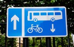 Vicolo del ciclo e del bus su un blocco per grafici del metallo Immagini Stock