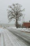 Vicolo del paese di Snowy un giorno di inverno nuvoloso Fotografia Stock Libera da Diritti