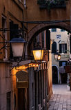 Vicolo dell'iluminazione pubblica a Venezia Immagine Stock Libera da Diritti