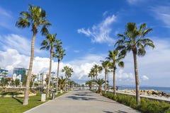 Vicolo della passeggiata al parco di Molos nel centro di Limassol, Cipro Fotografie Stock Libere da Diritti