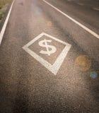 Vicolo di car pooling di HOV con il simbolo di dollaro nel diamante Immagini Stock