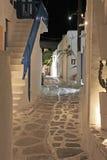 Vicolo di Mykonos alla notte Fotografie Stock