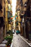 Vicolo di Napoli Trattoria, bandiere italiane, gente di affari, viaggio via di Europa, Italia Immagini Stock