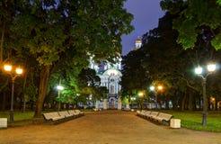 Vicolo di notte in giardino di Nikolsky e st Nicholas Naval Cathedral Immagine Stock