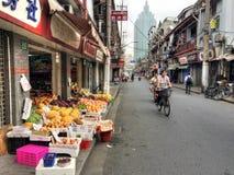 Vicolo di Shanghai con i cavalieri della bici Fotografia Stock Libera da Diritti